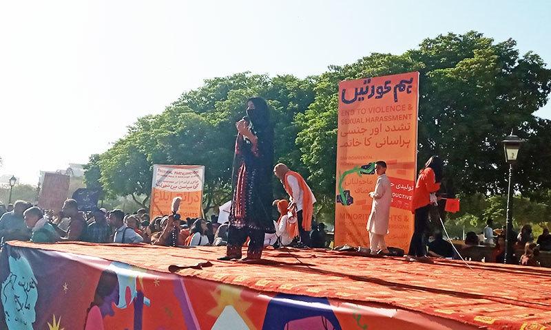 تقریب کو بلوچستان کی لاپتہ افراد تحریک کی کارکن نے بھی خطاب کیا—فوٹو: ساگر سہندڑو