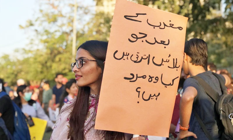 عورت مارچ میں نوجوان لڑکیوں نے بھی بڑی تعداد میں شرکت کی—فوٹو: عائشہ علی