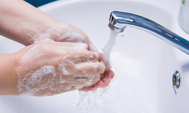 ہاتھ دھونے کا عمل نہ صرف کورونا بلکہ کئی بیماریوں سے محفوظ رکھتا ہے—فوٹو: شٹر اسٹاک