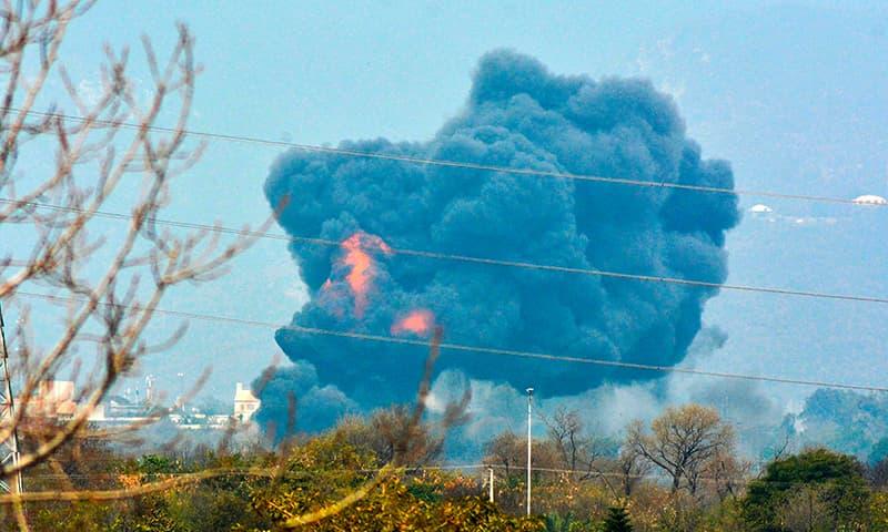 حادثے کے بعد دھواں اٹھتے ہوئے دیکھا جاسکتا ہے—فوٹو: اے ایف پی