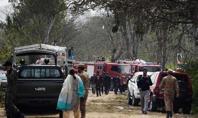 ریسکیو ادارے جائے حادثہ پر امدادی کارروائیاں کرتے ہوئے—تصویر: اے ایف پی