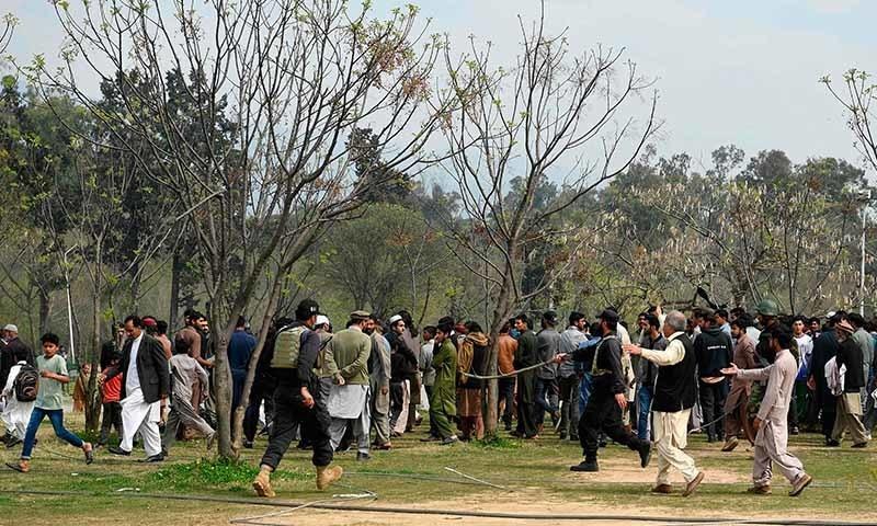 حادثے کے مقام کے قریب عوام کی بڑی تعداد جمع ہوگئی—تصویر: اے ایف پی
