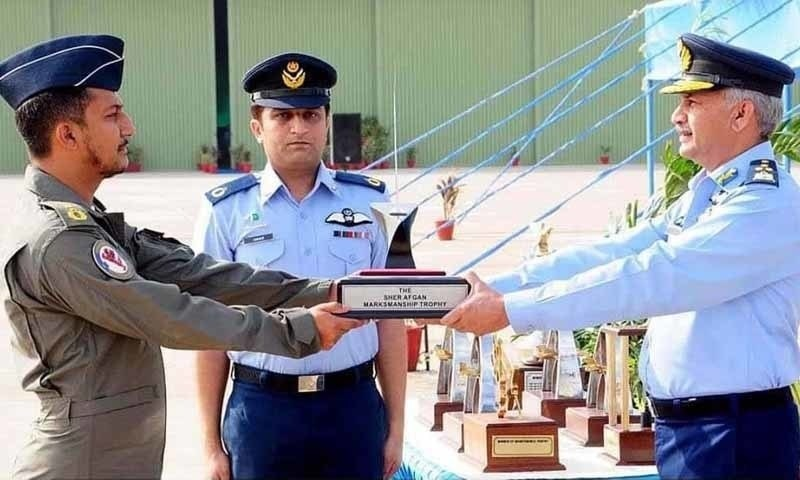 Wing Commander Nauman Akram receiving the Sher Afgan Trophy. He was martyred in Wednesday's crash. —