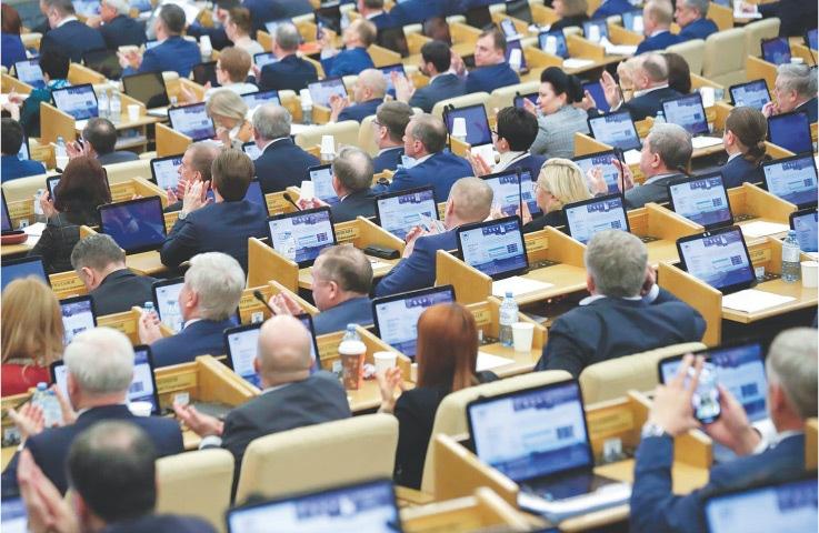 Coronavirus: Kremlin urges sick journalists to stay away from Putin