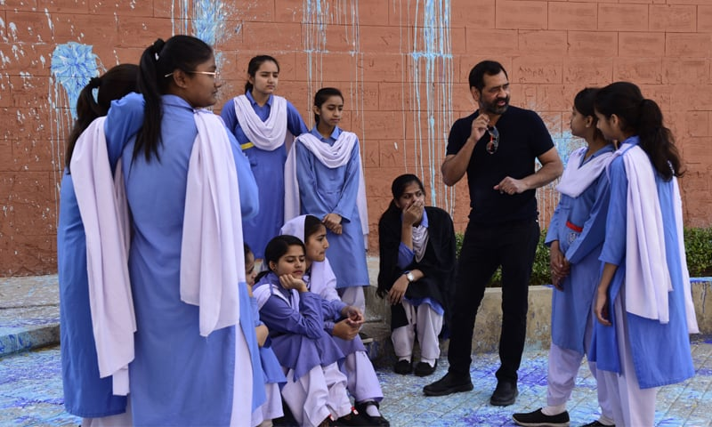 Imran Qureshi explaining the installation to students