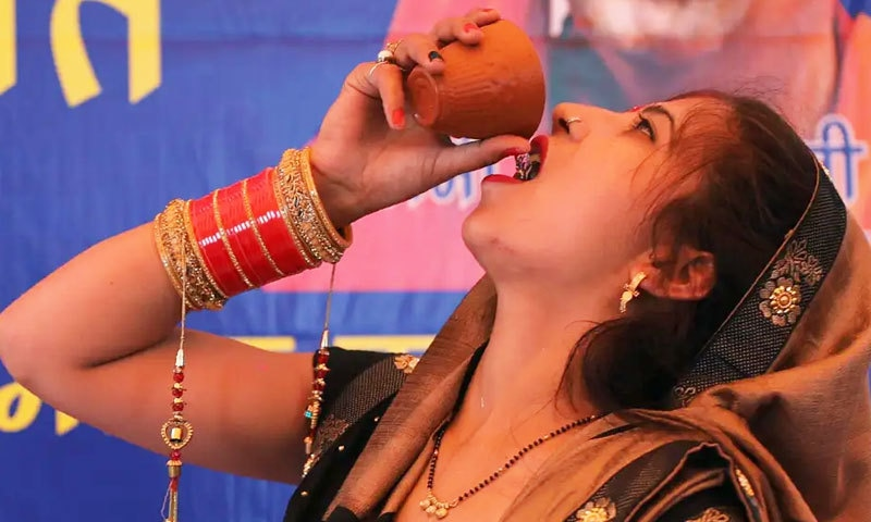 'کورونا' سے بچنے کے لیے بھارت میں 'گائے کا پیشاب' پینے کی پارٹی