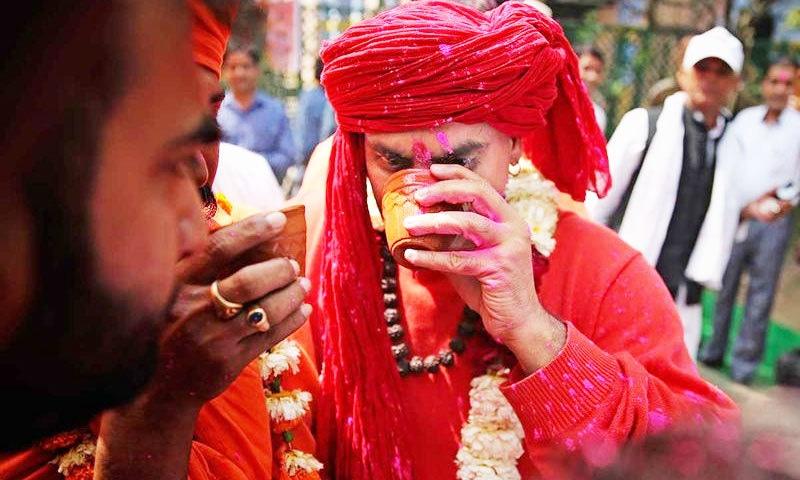 چائے پارٹی کی طرز پر منعقدہ پارٹی میں جماعت کے سربراہ نے بھی کئی پیالے پیشاب پیا—فوٹو: اے پی