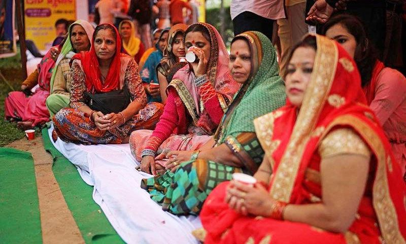 پیشاب پارٹی میں خواتین نے بھی شرکت کی—فوٹو: اے پی