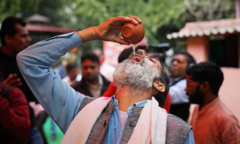 عمر رسیدہ افراد نے بھی پیشاب پارٹی میں شرکت کی کی—فوٹو: اے پی