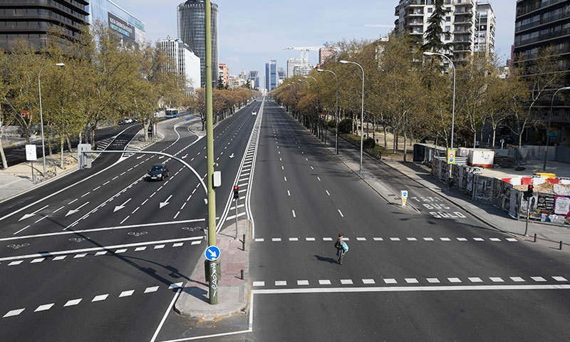 اسپین نے لوگوں کے باہر نکلنے پر بھی عارضی پابندی عائد کردی—فوٹو: اے ایف پی