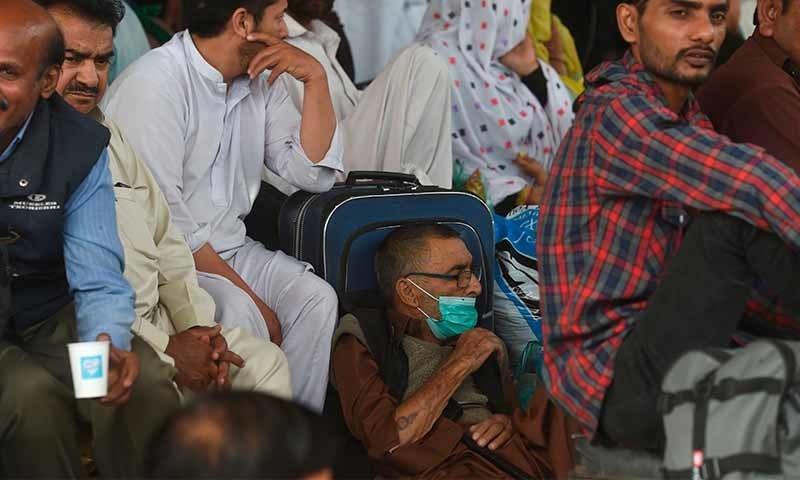 ایران سے سکھر پہنچنے والے 50 زائرین میں کورونا وائرس کی تصدیق ہوگئی — تصویر: اے ایف پی