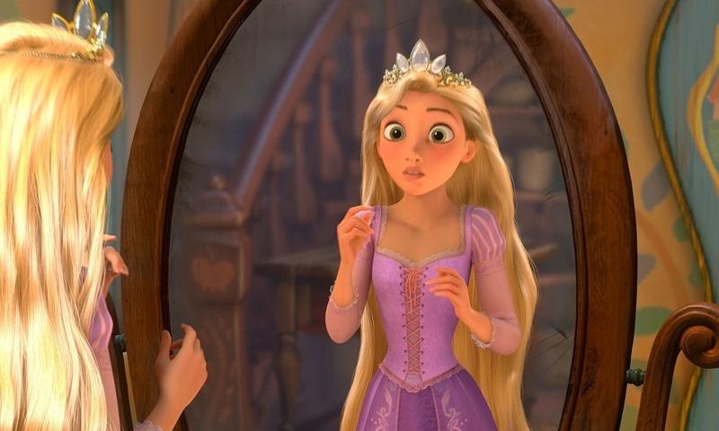 فلم میں ریپنزل کو اس کے جادوئی بالوں کی وجہ سے شہر سے دور رکھا جاتا ہے، فوٹو: یوٹیوب