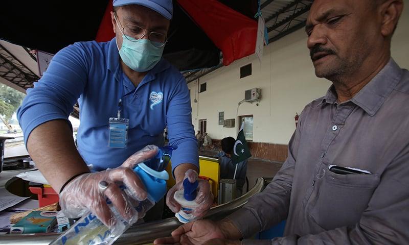 حکام نے عوام کو ہاتھ صاف رکھنے کی ہدایت کی ہے — فائل فوٹو: اے پی