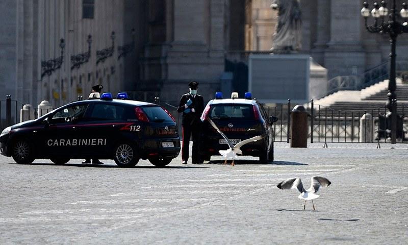 اٹلی میں پولیس کی جانب سے گشت کر کے مستقل اعلان کیا جا رہا ہے کہ عوام اپنے گھروں میں محدود رہیں— فوٹو: اے ایف پی