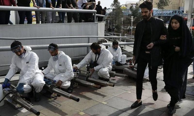 ایران کے دارالحکومت تہران میں وائرس سے بچاؤ کے لیے اسپرے کرنے کی تیاری کی جا رہی ہے — فوٹو: اے پی