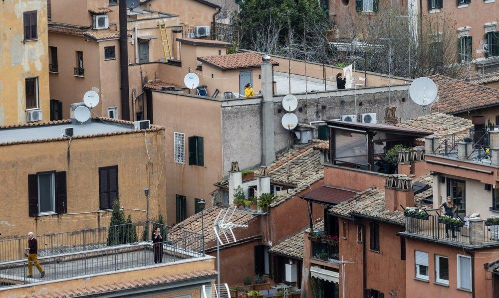 کورونا وائرس کے سبب اٹلی میں مستقل لاک ڈاؤن کی صورتحال ہے— فوٹو: اے پی