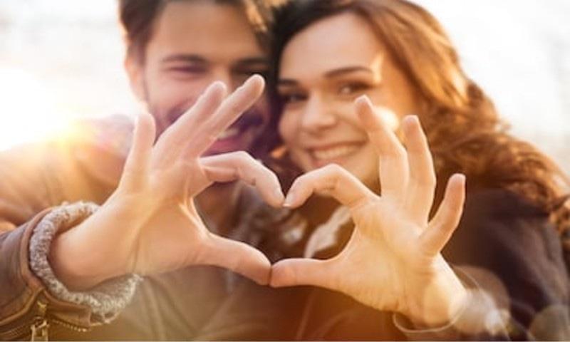 ماہرین کے مطابق شادی شدہ جوڑے بھی ایک دوسرے سے دور رہیں تو اچھا ہے — فوٹو: شٹر اسٹاک
