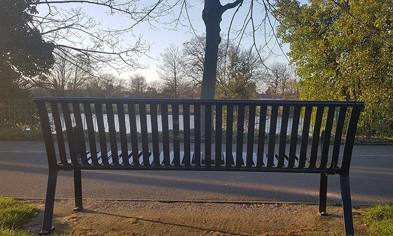 پارک کی ایک خالی بینج—فوٹو: لکھاری
