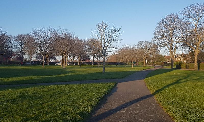 پارک میں موجود 'اوپن ائیر' جِم میں لوگوں کی مناسب تعداد ضرور نظر آتی ہے—فوٹو: لکھاری
