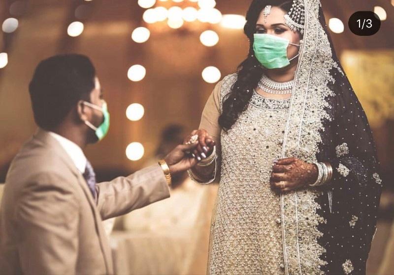 پارٹیوں کے بغیر شادی کرنے والے دلہا اور دلہن بھی ماسک استعمال کرتے دکھائی دے رہے ہیں—فوٹو: فہد صدیقی فوٹوگرافی