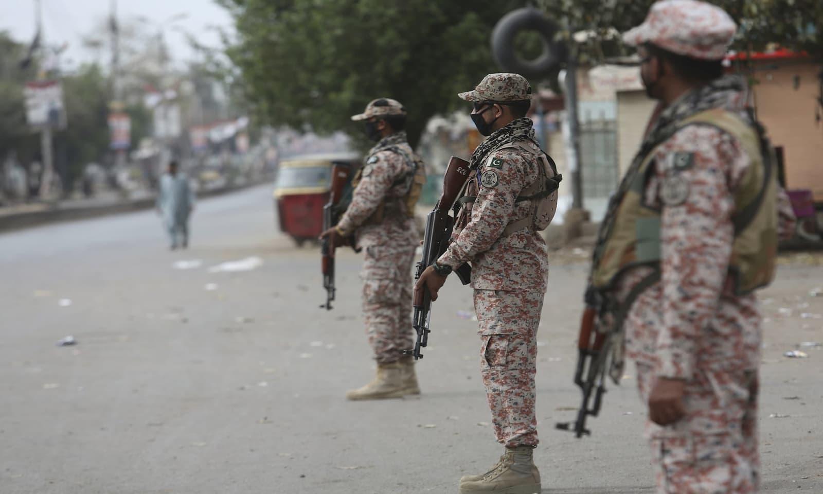 کراچی میں مکمل لاک ڈاؤن کے باعث سیکیورٹی اہلکار چوکس نظر آرہے ہیں — فوٹو: اے پی