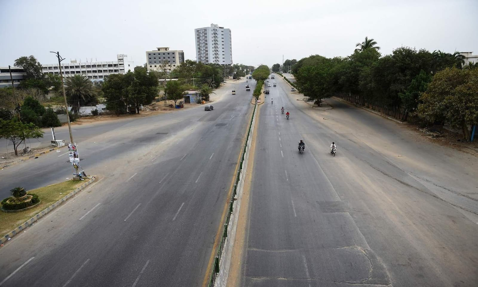 لاک ڈاؤن کے باعث کراچی کی سڑکیں سنسان نظر آرہی ہیں — فوٹو: اے ایف پی
