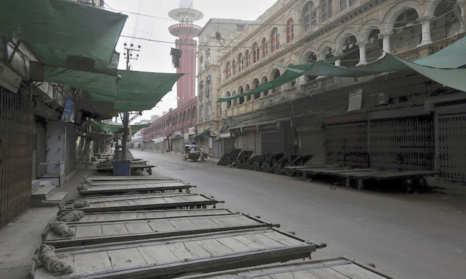 لاک ڈاؤن کے باعث کراچی کی معروف مارکیٹ مکمل بند نظر آرہی ہے — فوٹو: اے پی