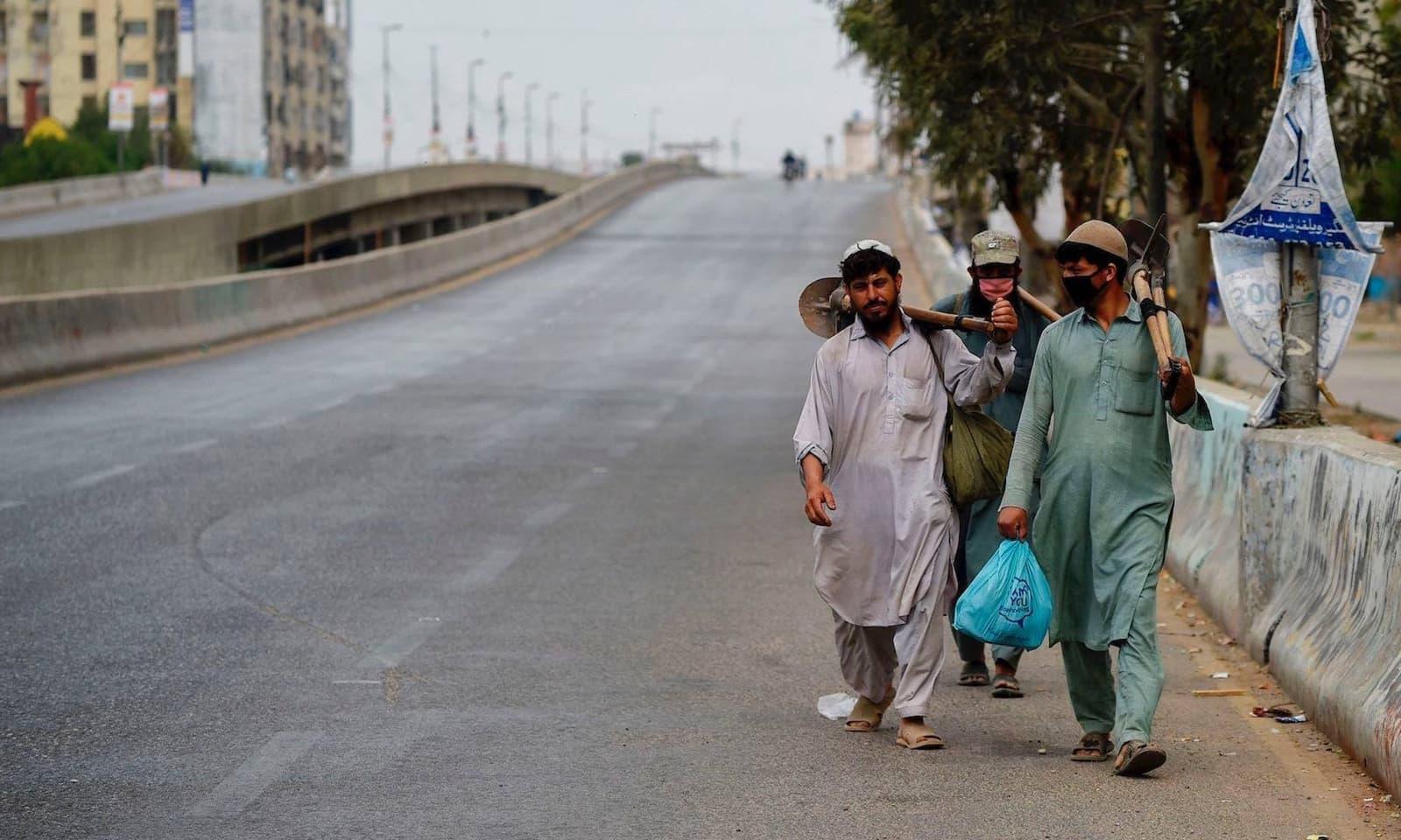 کراچی میں مزدور کام کی تلاش میں نکلے ہوئے ہیں — فوٹو: اے ایف پی