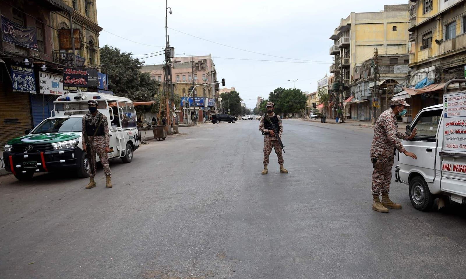 کراچی میں مکمل لاک ڈاؤن کے باعث سیکیورٹی اہلکار چوکس نظر آرہے ہیں — فوٹو: اے ایف پی
