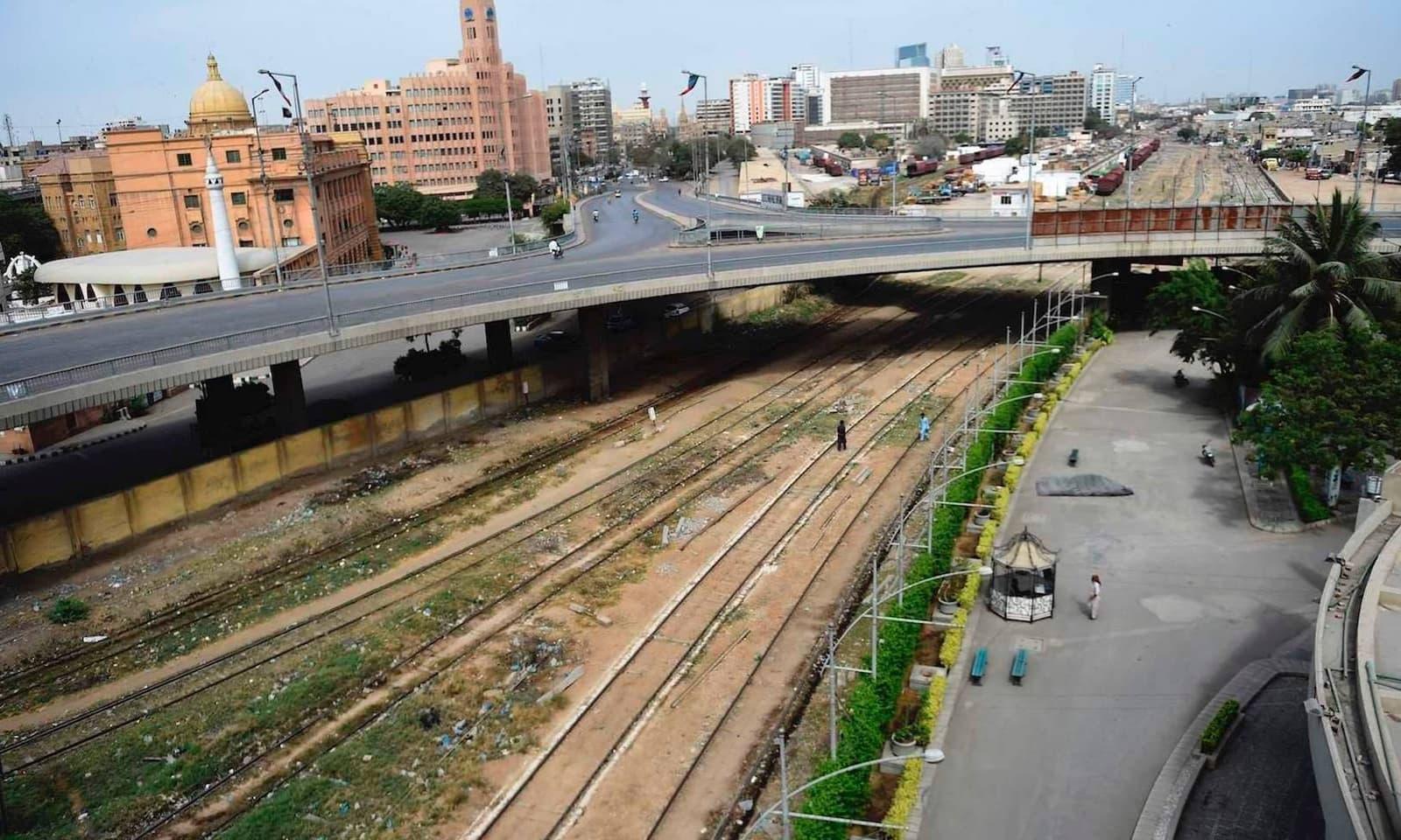 کراچی کی سڑکوں کا عمومی منظر جو لاک ڈاؤن کے باعث مکمل سنسان ہیں — فوٹو: اے ایف پی