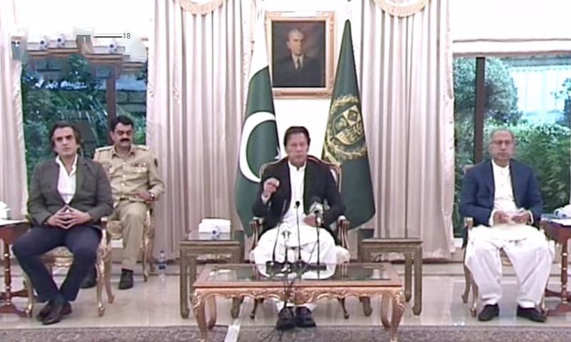 وزیراعظم عمران خان کی سینئر صحافیوں سے ملاقات—تصویر: ڈان نیوز