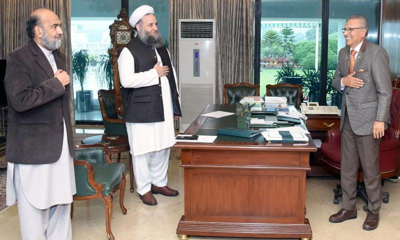 ملاقات میں مصافحہ کرنے سے گریز کیا گیا—فوٹو: حکومت پاکستان