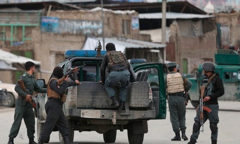 افغان سیکیورٹی فورسز کے اہلکار حملے کے مقام پر پہنچ رہے ہیں - فائل فوٹو:اے پی
