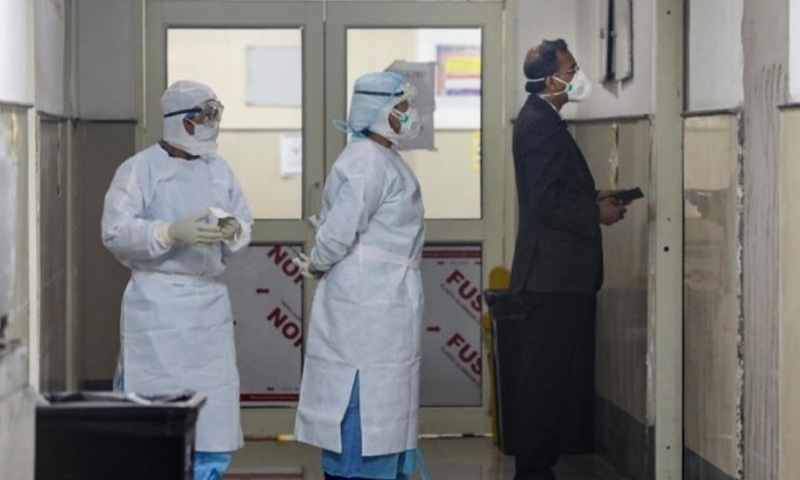 کورونا وائرس سے مرنے والے مریض سے رابطے والے 4 افراد کے نتائج مثبت آئے—فوٹو: پی ٹی آئی
