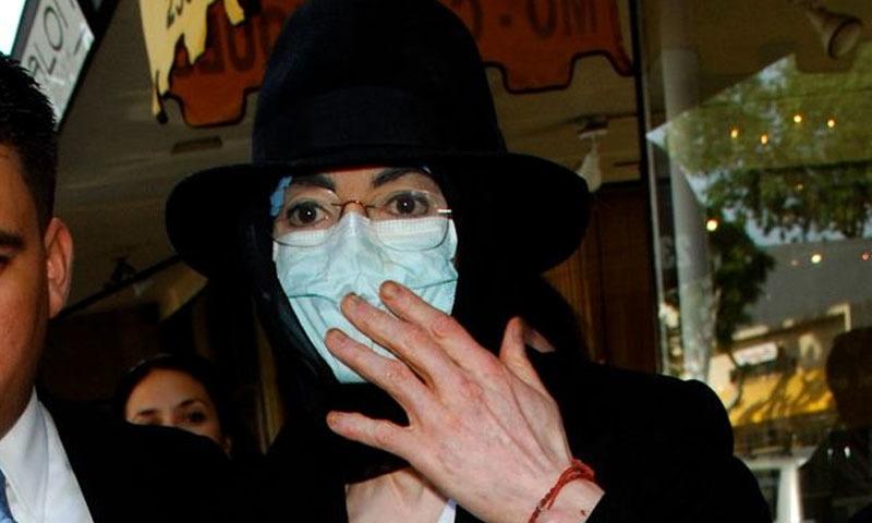مائیکل جیکسن اپنی زندگی میں کئی مرتبہ یہ ماسک پہنے نظر آئے، فوٹو:فیس بک