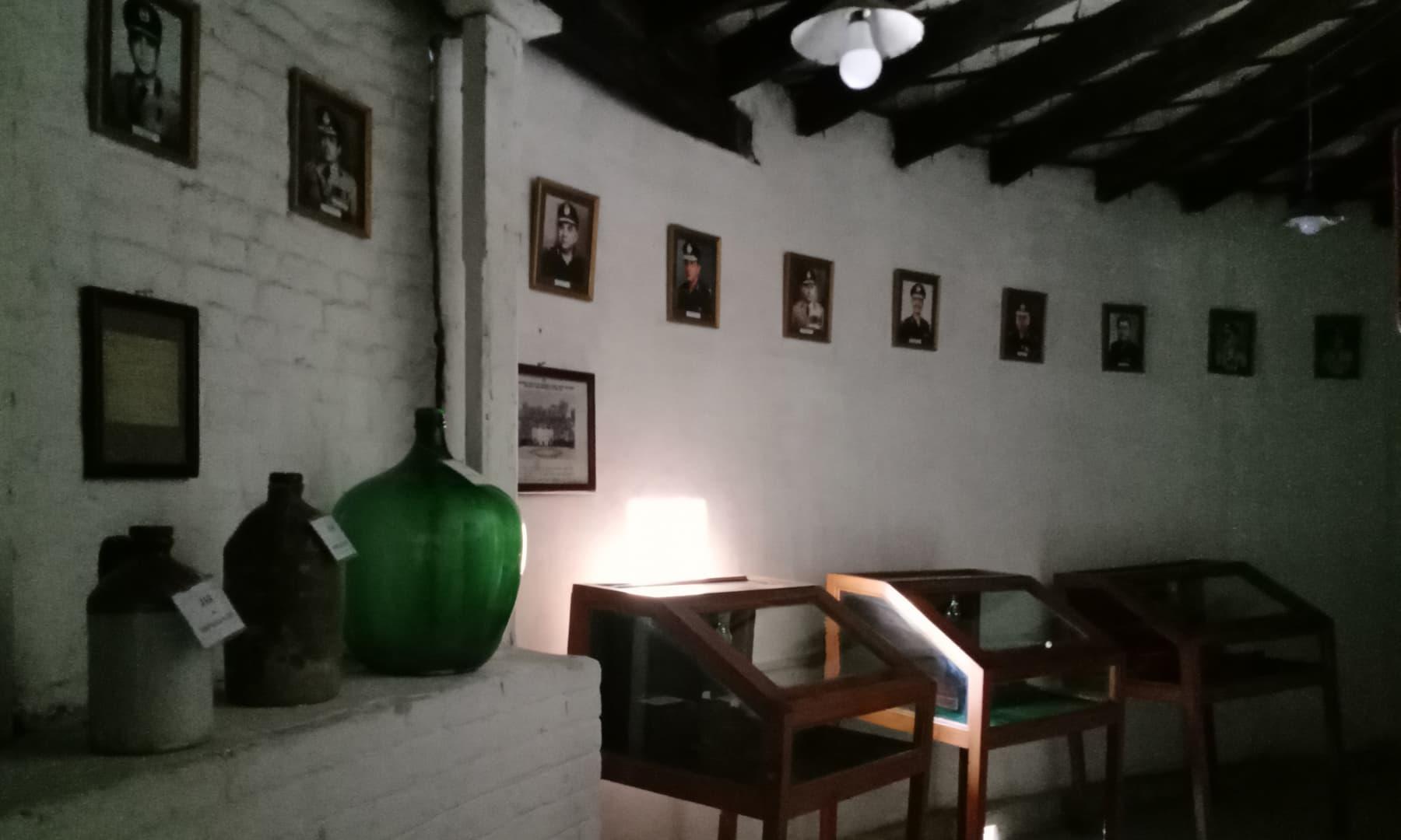 میوزیم میں پرانے وقتوں کے برتن اور تصاویر—عظمت اکبر