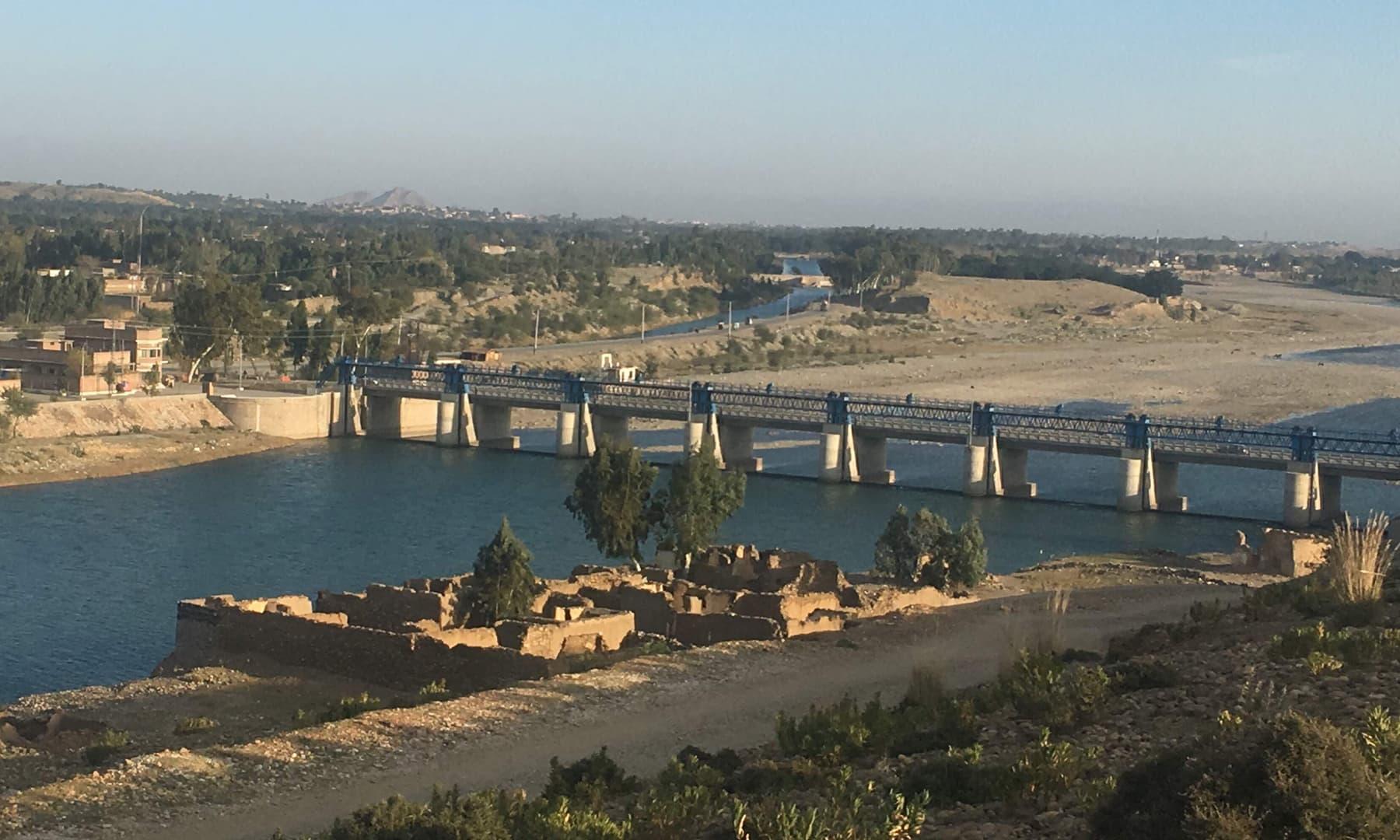 دریائے سوات پر موجود منڈہ ہیڈ بیراج اور مہمند ڈیم کا علاقہ—عظمت اکبر