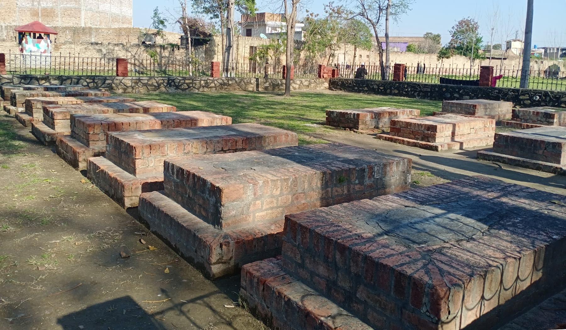 انگریز سپاہیوں کی قبریں جو مقامی مسلمان سپاہیوں کے ہاتھوں 1915ء میں مارے گئے تھے— عظمت اکبر