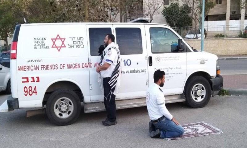 وبا سے نمٹنے کے دوران مسلم و یہودی رضاکار کی ایک ساتھ عبادت