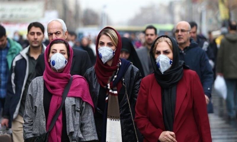 ایران کورونا سمیت زہریلا کیمیکل پینے والے افراد کے علاج سے بھی نمٹ رہا ہے، محکمہ صحت—فوٹو: رائٹرز