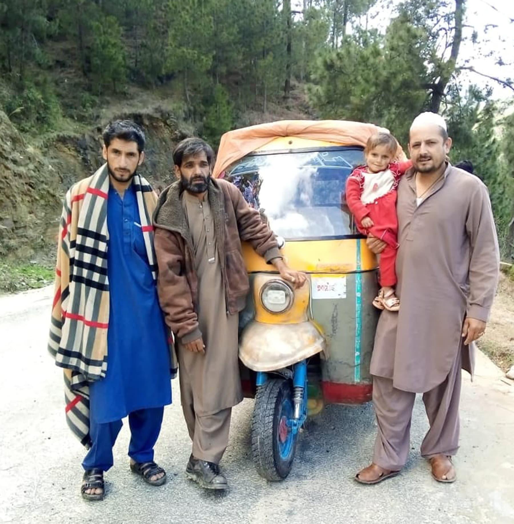 کراچی سے خیبر پختونخوا تک رکشے میں تقریباً 1700 کلومیٹر سفر کرنے والے 4 دوستوں میں سے 3 دوست