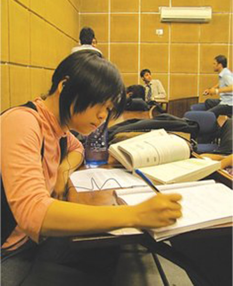 لکھاری لاہور اسکول آف اکنامکس میں پڑھائی میں مشغول نظر آ رہی ہیں