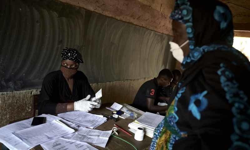 ووٹنگ سے چند گھنٹوں قبل  71 سالہ شخص کے کورونا وائرس سے ہلاک ہونے کا اعلان کیا گیا—تصویر: اے ایف پی