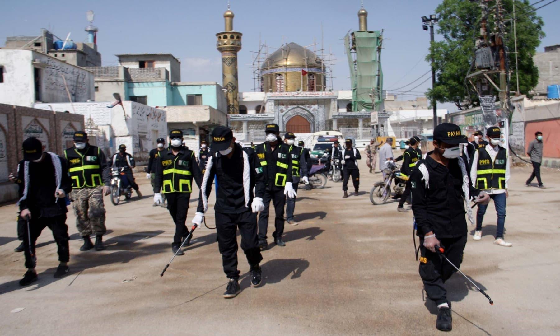 کراچی میں مقامی این جی او کے اراکین فیومگیشن کا کام کر رہے ہیں – فوٹو: اے پی پی