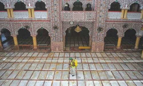 مسجد کے نامزد کردہ امام، موذن اور خادم سمیت صرف پانچ یا اس سے کم افراد نماز ادا کر سکیں گے — فائل فوٹو: اے ایف پی