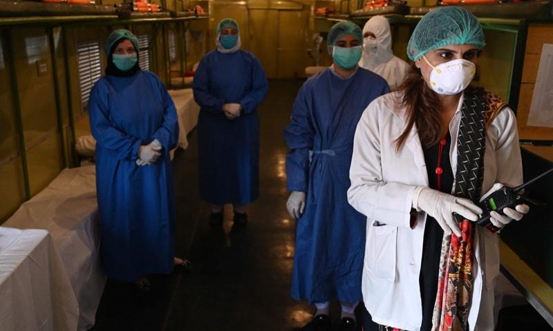 ڈاکٹرز اور پیرا میڈکس کورونا وائرس کے خلاف جنگ مین فرنٹ لائن پر موجود ہیں—فائل فوٹو: اے ایف پی