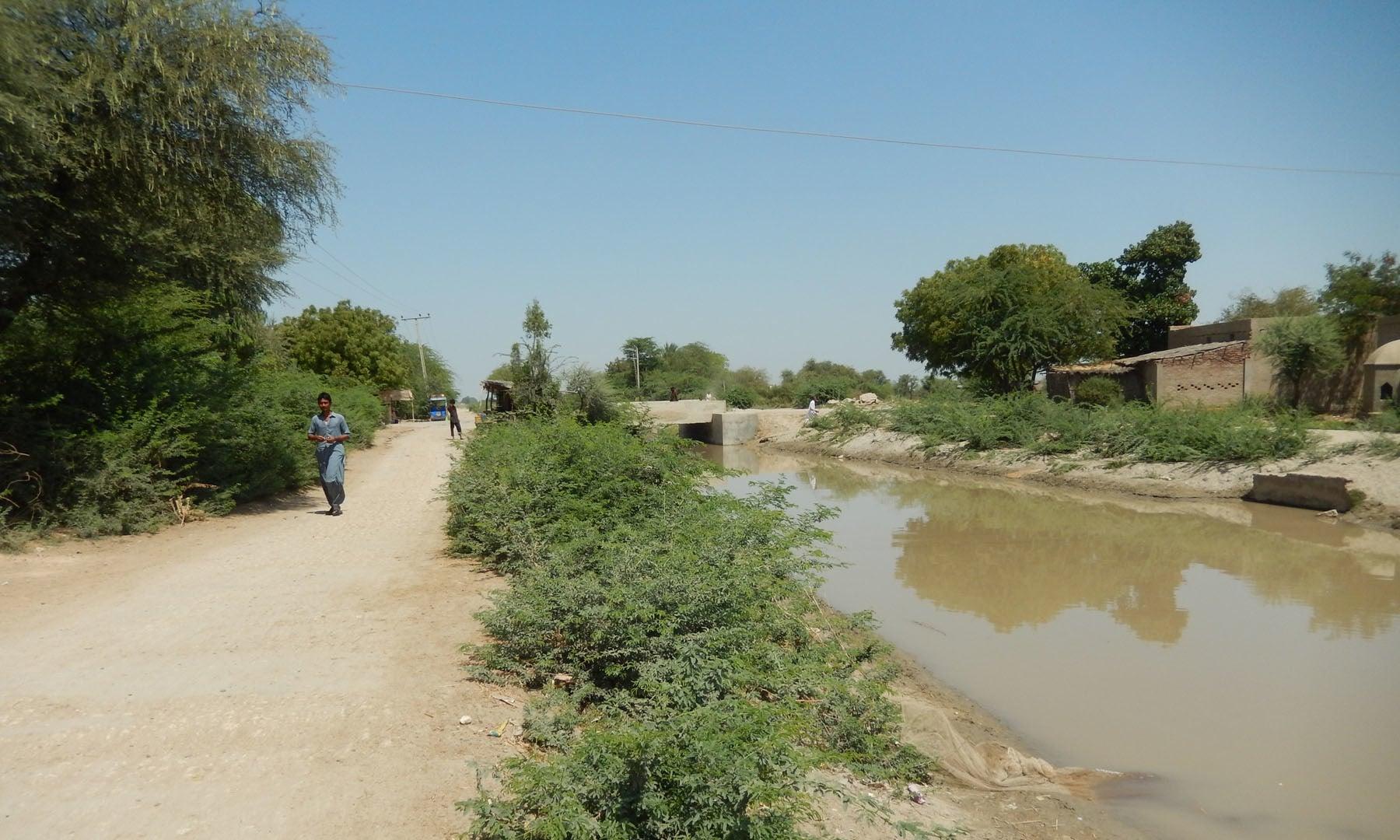 ماہی گیروں کے گاؤں میں موجود نہر