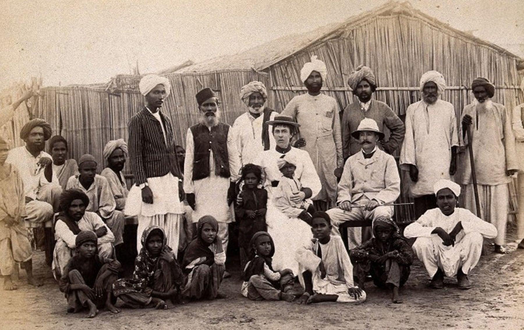 کراچی میں طاعون کی وبائی پھوٹ کے دوران ہسپتال عملے کی لی گئی تصویر—Wellcome Library archive collection