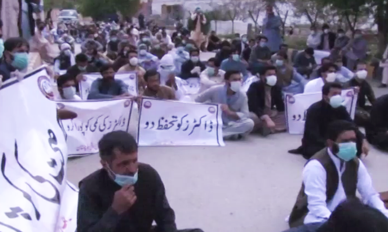 Young doctors protest against the unavailability of personal protective equipment in Quetta on Monday, April 6. — DawnNewsTV