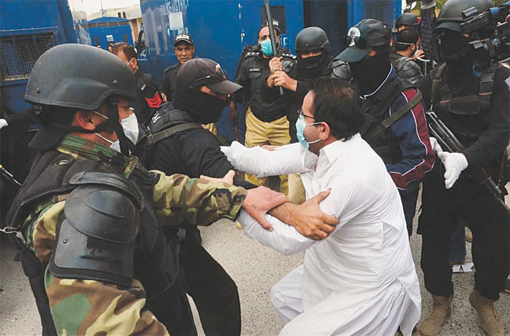 QUETTA: Police resort to baton charge to disperse protesters moving towards Red Zone during a demonstration by the Young Doctors Association over non-provision of personal protective equipment for treating coronavirus patients, outside Chief Minister House on Monday.—PPI